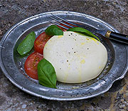 Hemgjord mozzarella